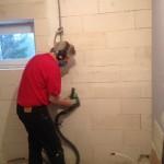 Hål i badrumsgolvetoch väggar